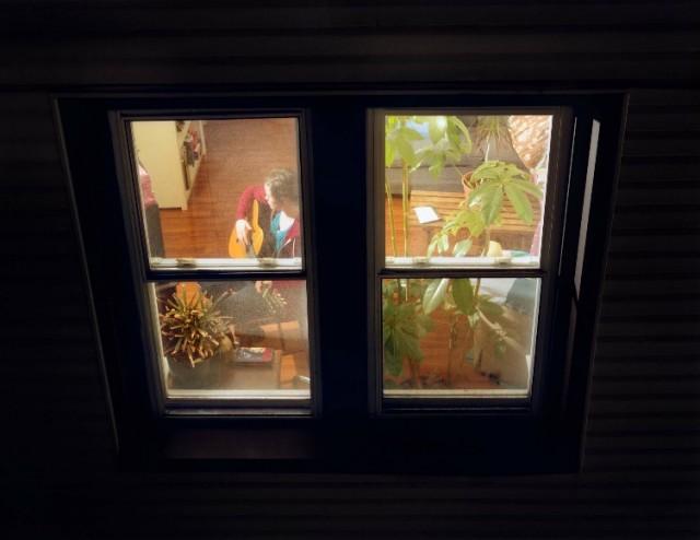 podsmatrivaniya-cherez-okna
